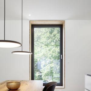 Nagrodzone okno premium KF 520 to więcej światła, więcej szkła, wyższe bezpieczeństwo. Rama ościeżnicy i skrzydła są o jedną trzecią węższe niż w poprzednich modelach, zapewniając maksymalny udział szkła w oknach nowej generacji i oferując tym samym maksymalny dostęp światła. Fot. Internorm