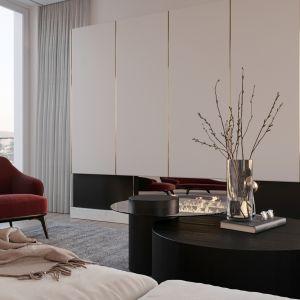 Zabudowa kominka z nuta glamour podkreśla elegancki charakter salonu. Projekt NABOO STUDIO
