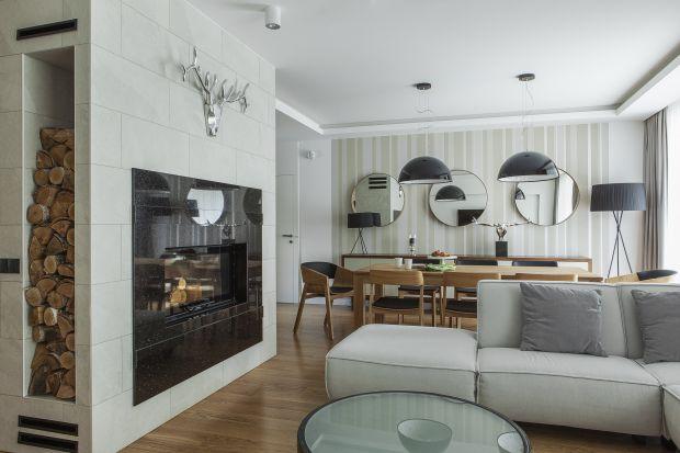 Kominek w salonie buduje przytulną atmosferę. Zobacz jak pięknie może się prezentować.