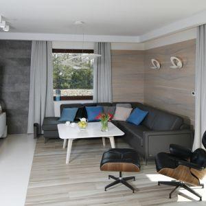 Strefę wypoczynku urządzono w salonie wygodnie i nowocześnie. Projekt: Marta Kilan. Fot. Bartosz Jarosz