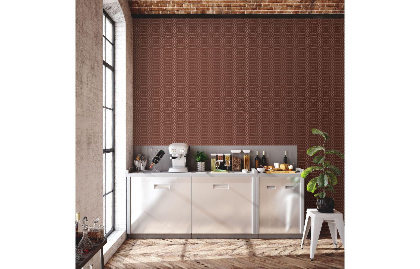 Mozaika z kolekcji Heksagon mały w brązowym kolorze i matowym wykończeniu dostępna w ofercie firmy Raw Decor. Cena: 49,95 zł / szt. Fot. Raw Decor