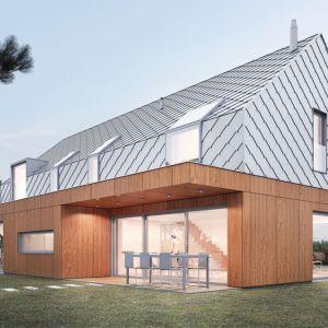 Parter, z płaskim dachem, pokryty został płytami fasadowymi fornirowanymi drewnem naturalnym. Autorzy projektu:  Magdalena Gierczak, Zbigniew Gierczak