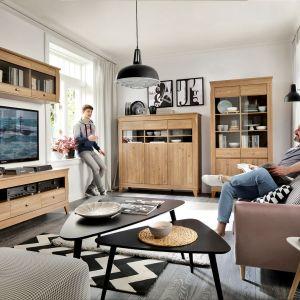Meble do salonu z kolekcji Bergen w naturalnym, ciepłym odcieniu drewna dostępne w ofercie Black Red White. Cena zestawu: 3.713 zł. Fot. Black Red White