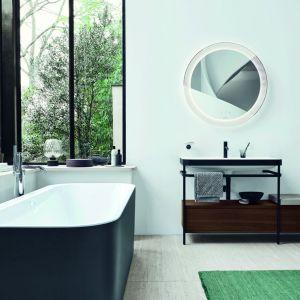 Nowoczesny salon kąpielowy z wanną wolnostojącą w bieli i czerni. W serii Happy D.2 Plus od sieger design siedzisko zostało zintegrowane z szufladą, które można opcjonalnie dodać jako praktyczne przedłużenie konsoli po lewej lub prawej stronie. Fot. Duravit