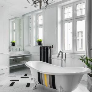 Duże salon kąpielowy w bieli  i szarościach, z nieodłączną wanną wolnostojącą. Projekt Anna Maria Sokołowska. Fot. Fotomohito