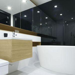 Czarno-biały salon kąpielowy w minimalistycznym stylu, z obowiązkową wanną wolnostojącą. Proj. Monika i Adam Bronikowscy. Fot. Bartosz Jarosz