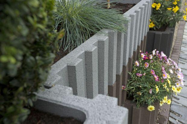 Beton to materiał, z którego powstaje coraz więcej oryginalnych i dizajnerskich elementów małej architektury ogrodowej. Prefabrykaty betonowe można również wykorzystać w projektach różnego rodzaju terenów zielonych.