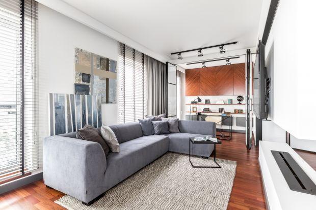 Szara sofa to must have modnie urządzonego salonu. Doskonale sprawdza się w nowoczesnych, jak i stylowych wnętrzach, a do tego świetnie się prezentuje nawet na najmniejszej przestrzeni!