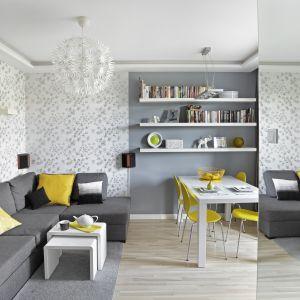 Szary narożnik zapewni optimum miejsc do siedzenia nawet w małym salonie. Projekt Ewa Para. Fot. Bernard Białorucki