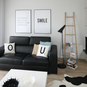 Nieduża lampa o prosty kształcie stanęła przy kanapie. Projekt: Beata Kruszyńska. Fot. Bartosz Jarosz