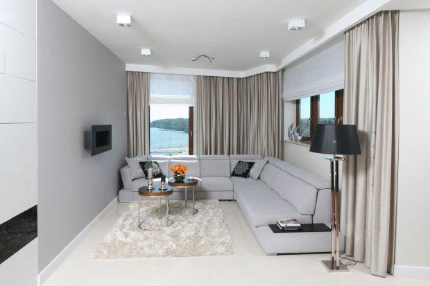 Jaką lampę do salonu wybrać? Nowoczesną czy bardziej dekoracyjną? Srebrną czy kolorową? Dużą czy małą?Zobaczcie kilka fajnych pomysłów na stojące lampy do salonu.