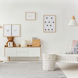 Złamana biel (kolor angel wings od Beckers) powiększy optycznie nie tylko pokój dziecka, ale i salon, doda mu ciepła i przytulności. Fot. Beckers