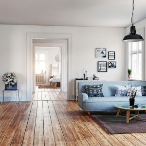 Piękny jasny salon urządzony w skandynawskim stylu. Ściany w kolorze cotton candy. Fot. Beckers