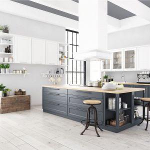 W kuchni otwartej na jadalnię i salon dobrze postawić na neutralne jasne kolory, które optycznie powiększą pomieszczenie. Fot. Magnat