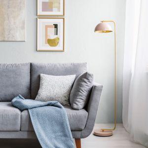 Chłodna jasna szara farba na ścianie w nowoczesnym salonie. Fot. Tikkurila