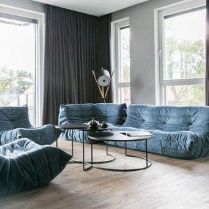 Dwie lampy o bardzo ciekawym kształcie stanowią fajny element dekoracyjny w salonie. Projekt: Joanna Zabłocka. Fot. Zawrotniak-Kucharska