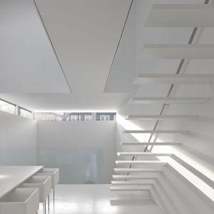 Na wyższe piętra prowadzą eteryczne białe schody. Projekt: Johnson Chou Inc., Toronto, Kanada. Zdjęcia: Ben Rahn/A-Frame Studio