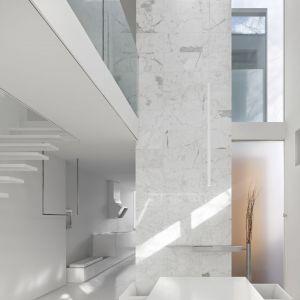 Skąpane w bieli wejście do domu. Projekt: Johnson Chou Inc., Toronto, Kanada. Zdjęcia: Ben Rahn/A-Frame Studio