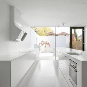 Sterylna biała kuchnia otwiera się na taras. Projekt: Johnson Chou Inc., Toronto, Kanada. Zdjęcia: Ben Rahn/A-Frame Studio