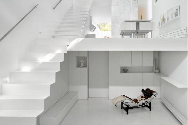 Czy są tu miłośnicy nieskazitelnie białych wnętrz? Jeśli tak, ten projekt powstał dla was! Minimalistyczny dom zaaranżowano niemal wyłącznie w bieli!