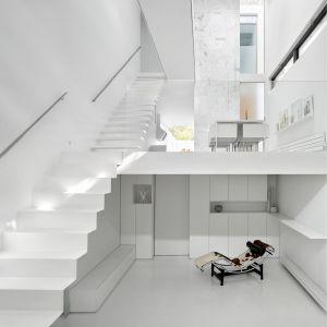 Salon o nietypowej wysokości aż trzech kondygnacji. Projekt: Johnson Chou Inc., Toronto, Kanada. Zdjęcia: Ben Rahn/A-Frame Studio