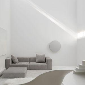 Minimalistyczny salon. Projekt: Johnson Chou Inc., Toronto, Kanada. Zdjęcia: Ben Rahn/A-Frame Studio
