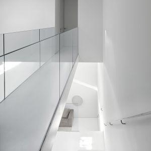 Widok z piętra na klatkę schodową. Projekt: Johnson Chou Inc., Toronto, Kanada. Zdjęcia: Ben Rahn/A-Frame Studio