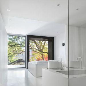 Minimalistyczna biała sypialnia połączona z łazienką. Projekt: Johnson Chou Inc., Toronto, Kanada. Zdjęcia: Ben Rahn/A-Frame Studio