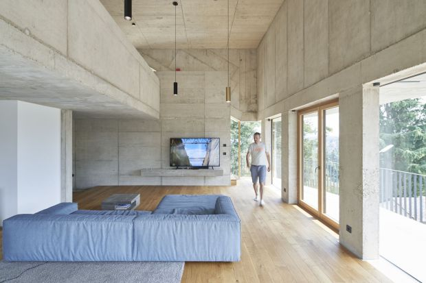 Ten dom można pokochać albo znienawidzić! Surowe betonowe ściany, bryła w kształcie sześcianu, zredukowane do minimum wyposażenie, płaski zielony dach. A jednak trzyosobowa rodzina czuje się tu naprawdę dobrze!