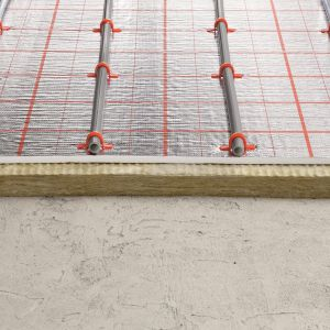 Przy ogrzewaniu podłogowym doskonale sprawdzają się takie źródła jak: pompa ciepła, kocioł kondensacyjny, źródła geotermalne, klasyczne kotły gazowe i olejowe. Fot. TECEfloor ogrzewanie podłogowe