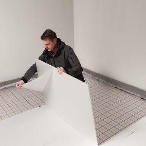 Decyzję o instalacji ogrzewania podłogowego należy podjąć już na etapie projektowania domu. Istotne jest to, aby wykonanie projektu instalacji powierzyć osobie posiadającej odpowiednie uprawnienia w zakresie ogrzewania podłogowego. Fot. TECEfloor ogrzewanie podłogowe