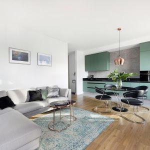 Okrągły stół podkreśla elegancki charakter wnętrza. Projekt i zdjęcia Studio Loko