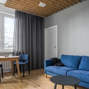 Jadalnia przy oknie idealnie sprawdza się w małych wnętrzach. Projekt 3XEL Architekci. Foto Dariusz Jarząbek