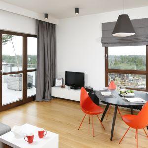 Kolorowe krzesła ożywia przestrzeń jadalni. Projekt Małgorzata Łyszczarz. Fot. Bartosz Jarosz