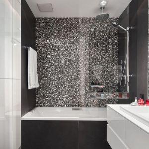 Łazienkę zaprojektowano w biało-czarnej tonacji. Projekt: Bibianna Stein-Ostaszewska (Bibi Space). Fot. Olo Studio