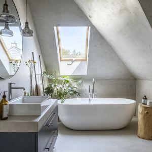 Łazienkę pełną skosów i nietypowych kształtów zaaranżowano w szarym kolorze. Dominują tu proste formy mebli i dość oszczędnymi dodatki w loftowym stylu. Projekt: Malwina Morelewska. Fot. Yassen Hristov