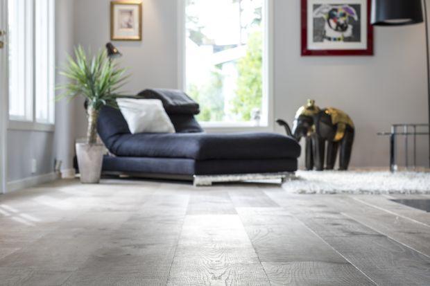 Dębowa podłoga to symbol wysokiej jakości i luksusu. Ma jednak o wiele więcej zalet.