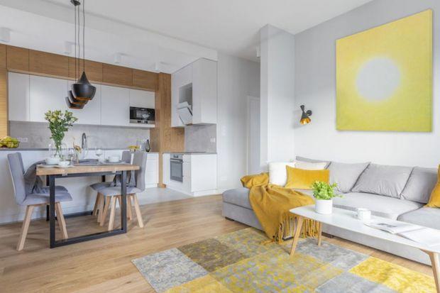 Poduszki w salonie: 12 najładniejszych kolorowych wnętrz