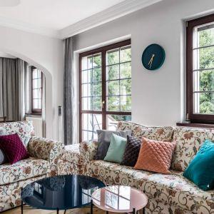 Ten salon aż kipi od kolorów! Na wzorzystych kanapach w klasycznym stylu znalazły się piękne kolorowe poduszki. Projekt: Magdalena Bielicka, Maria Zrzelska-Pawlak, Pracownia Magma. Fot. Fotomohito