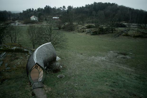 Hus-1 to mały, przeznaczony dla dwóch osób domek zaprojektowany i zbudowany przez szwedzkiego architekta Torstena Ottesjö. W założeniu miał idealnie wtapiać się w naturę. Udało się?
