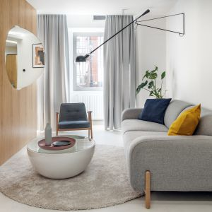 Pokój dzienny jest najbardziej reprezentacyjną częścią domu. Projekt Interurban: Weronika Juszczyk, Łukasz Piankowski. Fot. Tom Kurek