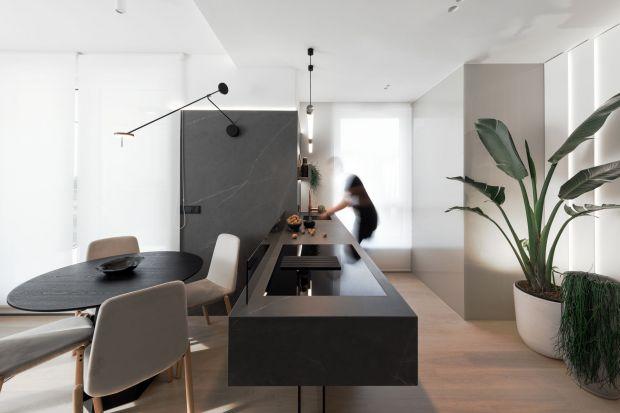 To 86-metrowe mieszkanie w Warszawie zostało zaprojektowane dla małżeństwa z dzieckiem. Inwestorzy chcieli mieszkać w nowoczesnym i minimalistycznym wnętrzu, w odcieniach bieli i szarości, z obowiązkowymi żywymi roślinami.