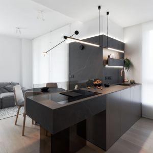 Wyspa kuchenna jest bardzo wyraźną dominantą części dziennej. Projekt: pracownia hilight.design