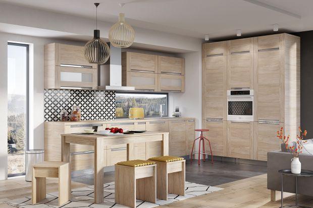 Kuchnia i jadalnia coraz częściej są jednym pomieszczeniem, dlatego coraz więcej producentów oferuje zabudowę kuchenną w komplecie ze stołem w identycznym dekorze. To rozwiązanie ułatwić ma urządzenie spójnego stylistycznie wnętrza. Jak wam