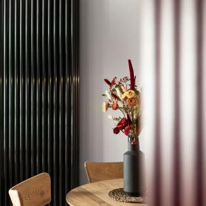 Czarny wertykalny grzejnik pochodzi z oferty Instal Projekt. Projekt: Maria Nielubszyc, pracownia PURA design. Zdjęcia: Jakub Nanowski