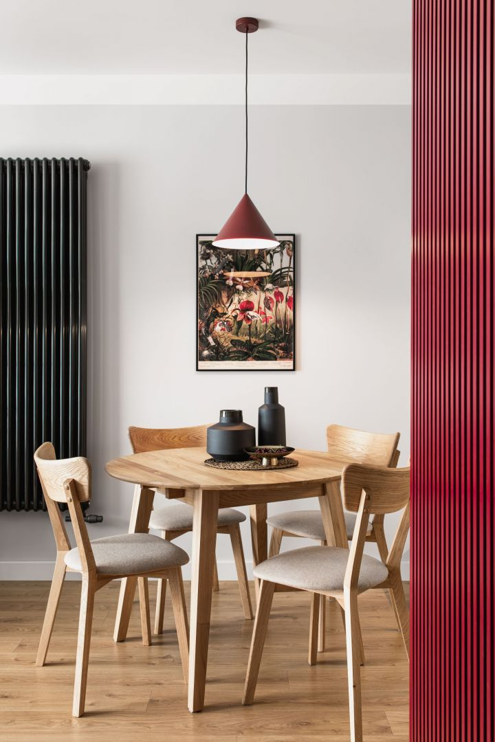 Dębowe drewno pojawiające się w meblach i na podłodze sprawia, że mieszkanie jest ciepłe i przytulne. Projekt: Maria Nielubszyc, pracownia PURA design. Zdjęcia: Jakub Nanowski