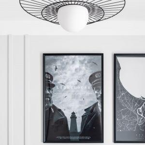 Właściciele mieszkania są fanami kina, więc nad łóżkiem pojawił się oryginalny plakat filmowy. Projekt: Maria Nielubszyc, pracownia PURA design. Zdjęcia: Jakub Nanowski