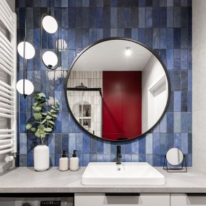 W łazience odważna czerwień w połączeniu z głębokim granatem budują przestrzeń bez kompromisów. Projekt: Maria Nielubszyc, pracownia PURA design. Zdjęcia: Jakub Nanowski