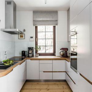 Przezroczyste, praktycznie niewidoczne szkło, doskonale zabezpiecza ścianą nad blatem w kuchni. Projekt: Magdalena Bielicka, Maria Zrzelska-Pawlak, Pracownia Magma. Fot. Fotomohito