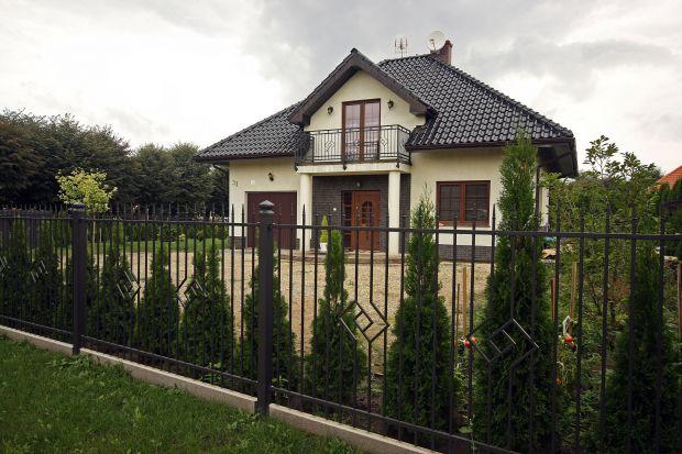 Klasyczne ogrodzenia są najbardziej uniwersalne – pasują zarówno do tradycyjnego budownictwa, jak i nowoczesnej architektury.